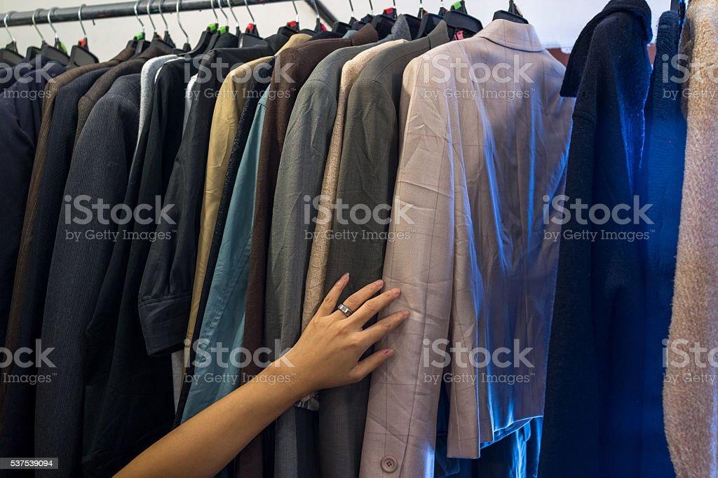 Femme main sur les vestes pour hommes sur le tarif photo libre de droits