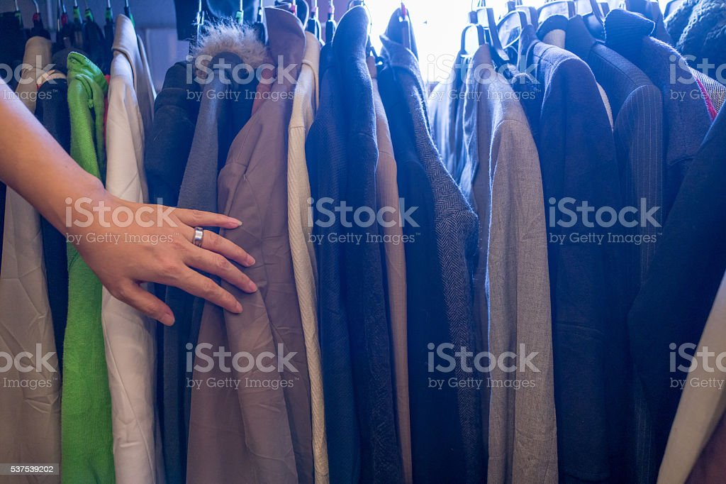 Femme main toucher homme vestes en carré photo libre de droits