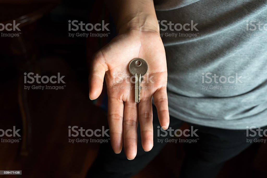 Main de femme avec clé dans paume photo libre de droits