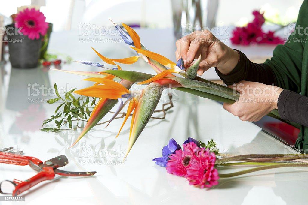 Femme mains arranger bouquet. photo libre de droits