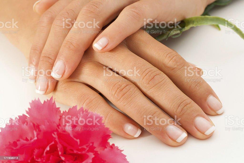 Mains de femme avec français manucure. photo libre de droits