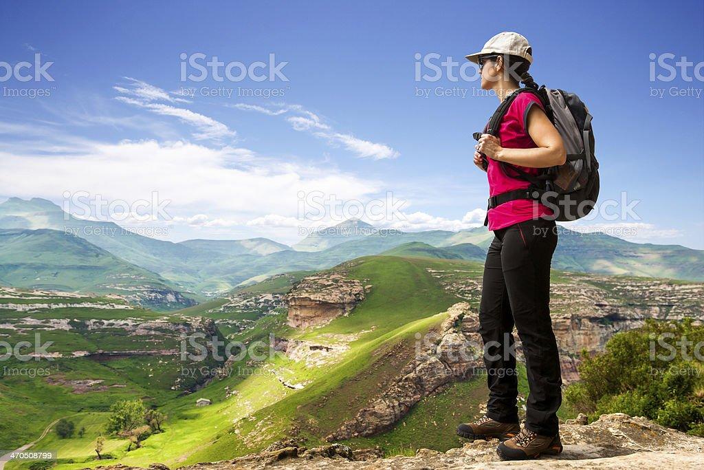 Femme de randonnée sur les falaises rocheuses. photo libre de droits