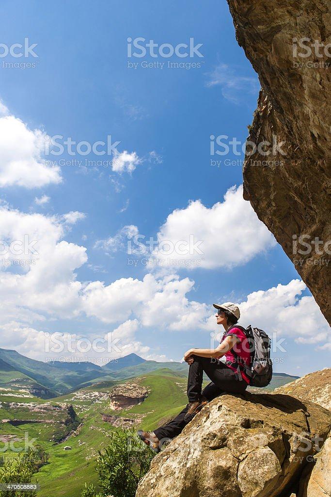 Randonnée femme assise sur les rochers. photo libre de droits