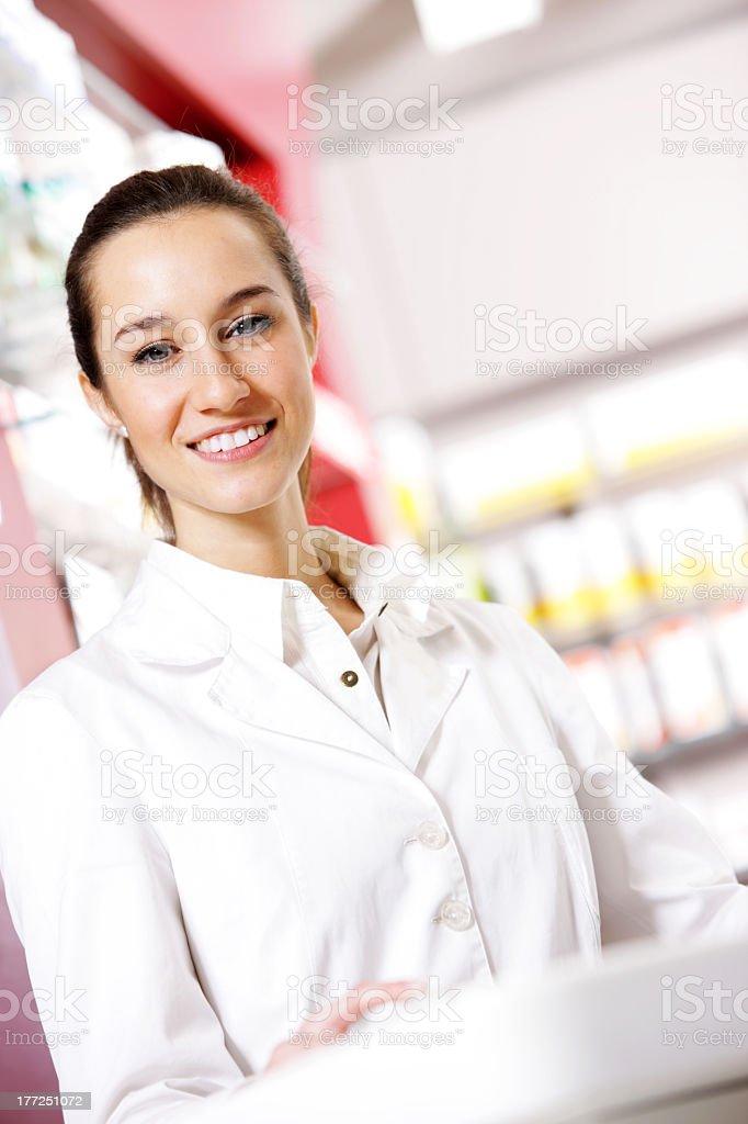 Femelle pharmacien à la pharmacie photo libre de droits