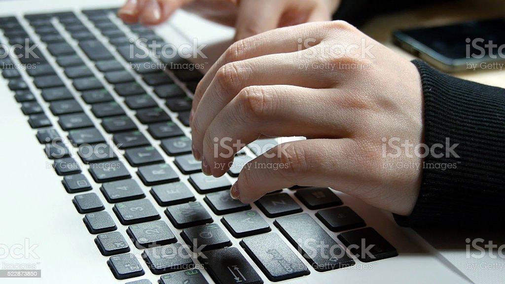 Femine manos escribiendo en el teclado de una computadora portátil foto de stock libre de derechos