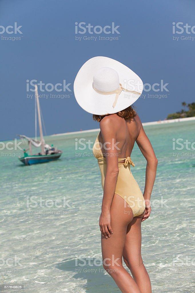 femme au bord de l'eau paradisiaque stock photo