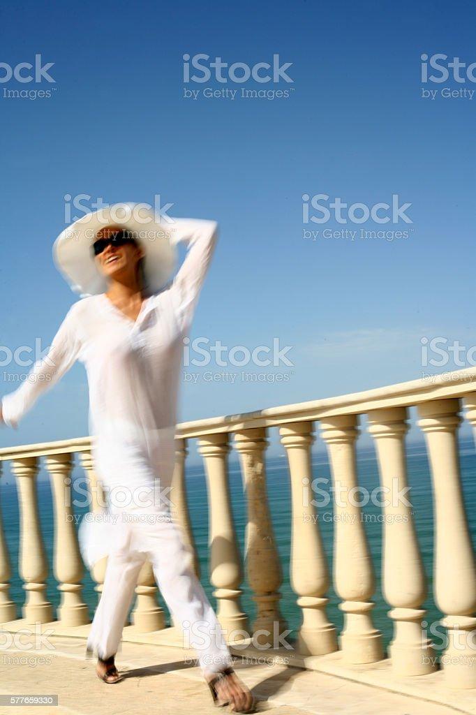 femme marchant vers une barrière au dessus de l'eau stock photo