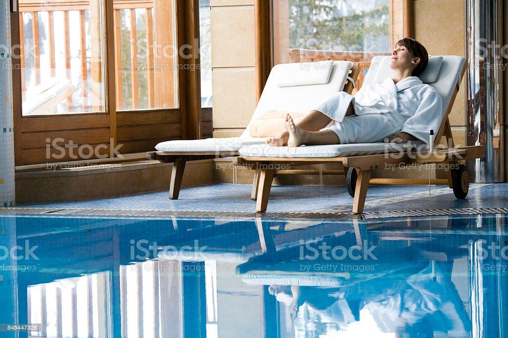 femme qui se repose au bord d'une piscine stock photo