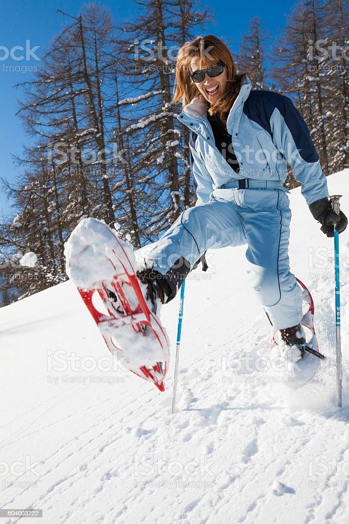 femme riant qui saute dans la neige stock photo