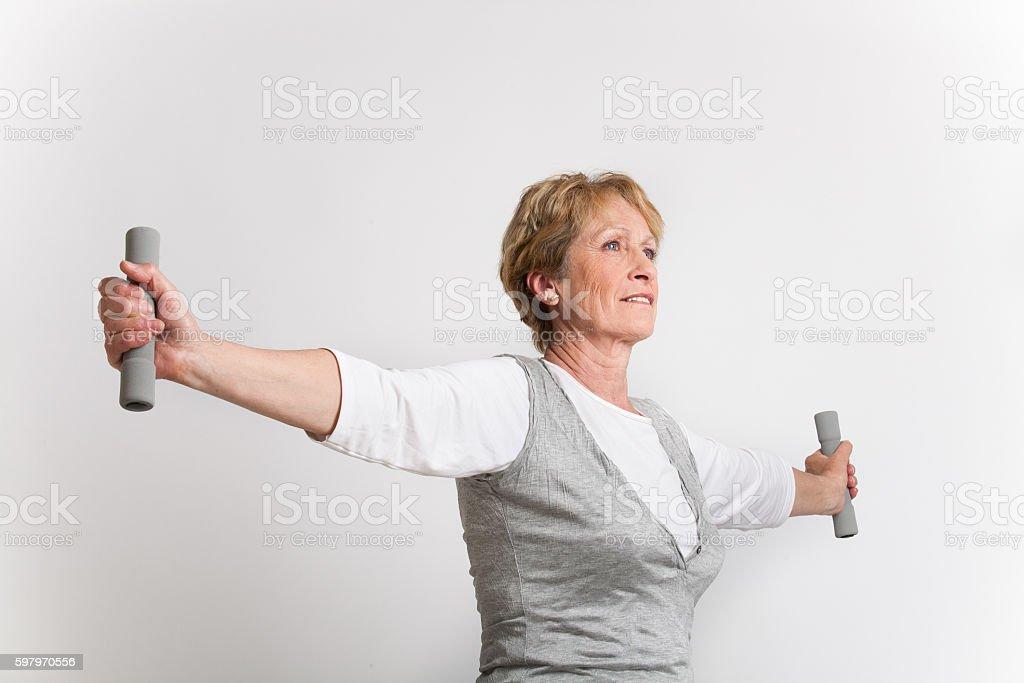 femme sénior avec des haltères stock photo