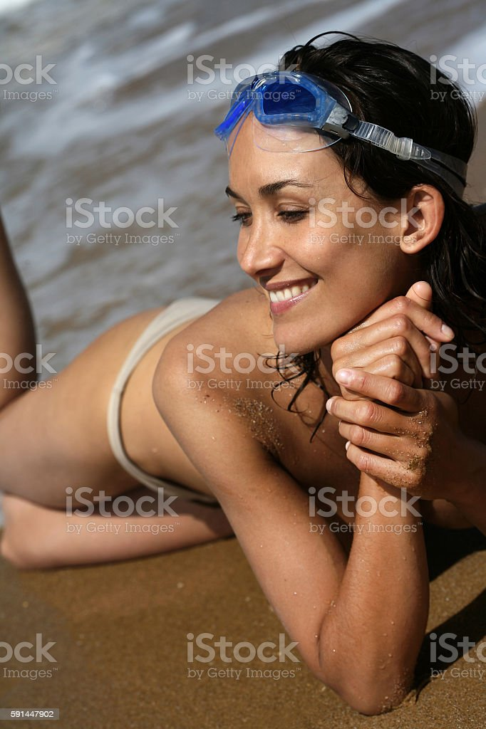 femme souriante allongée sur le sable stock photo