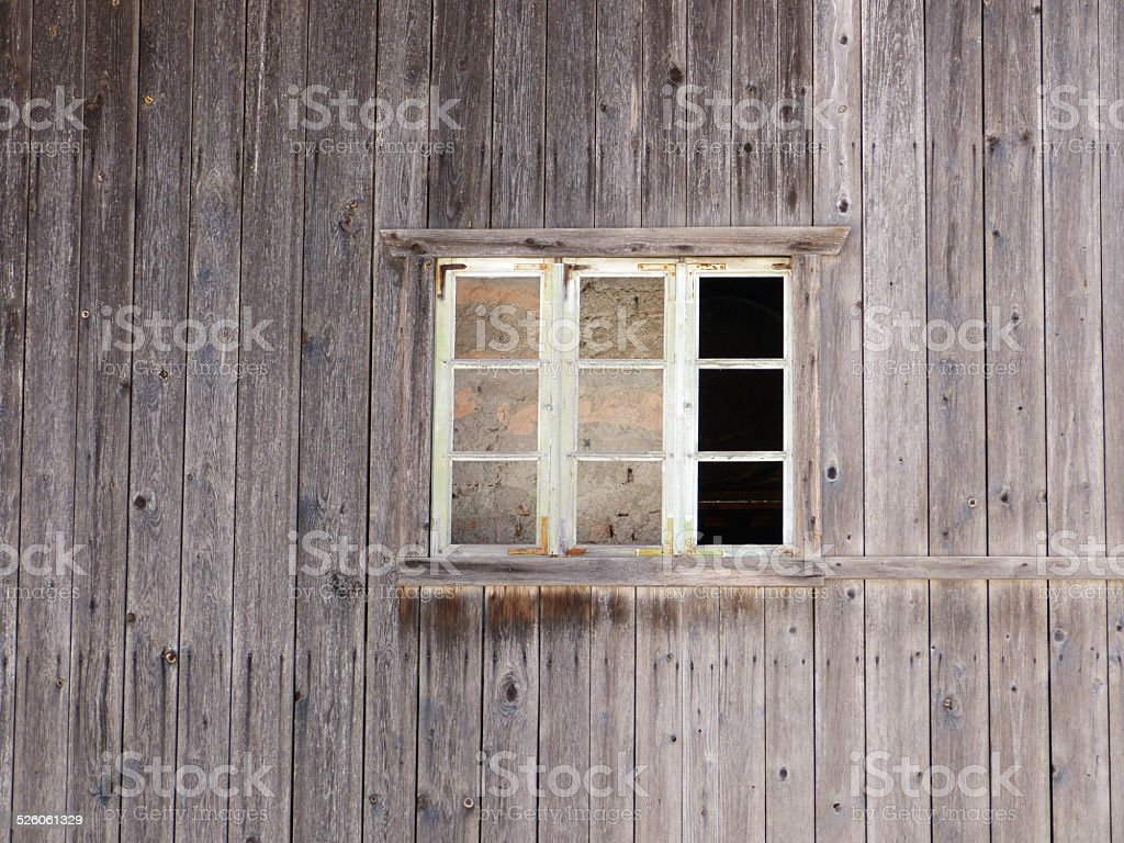 Fenster in grauer Holzwand stock photo