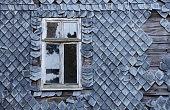Fenster in Schieferfassade
