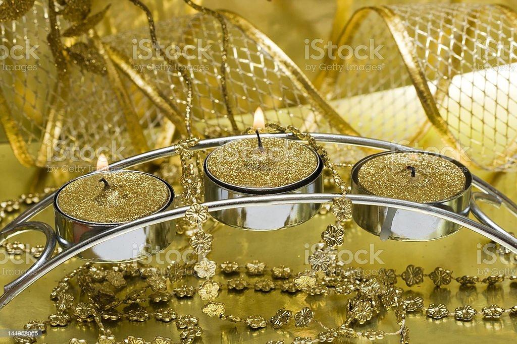 Vela festiva com fita de Ouro foto de stock royalty-free