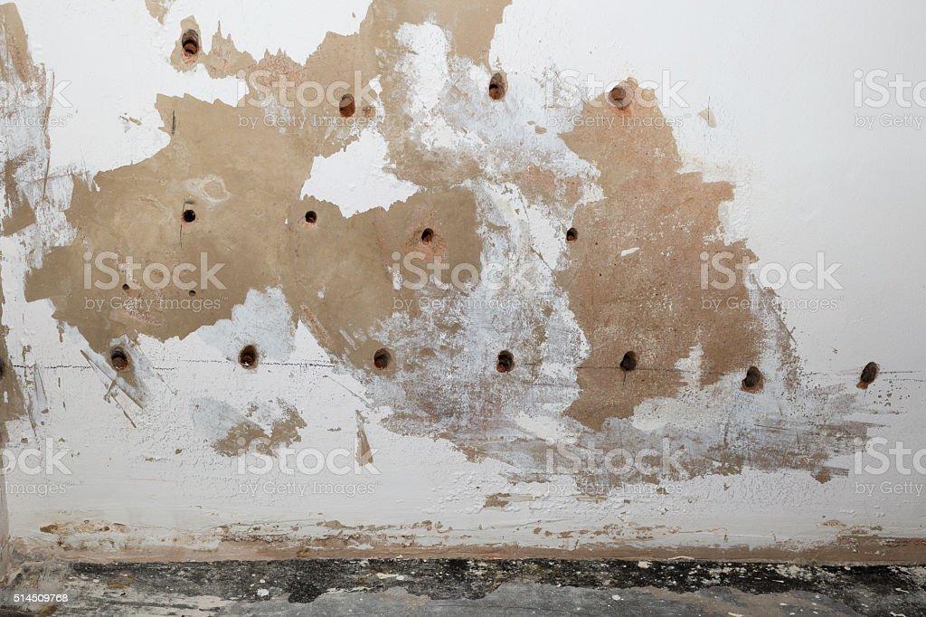 feuchtes mauerwerk im zimmer eines wohnhauses stock photo, Hause ideen