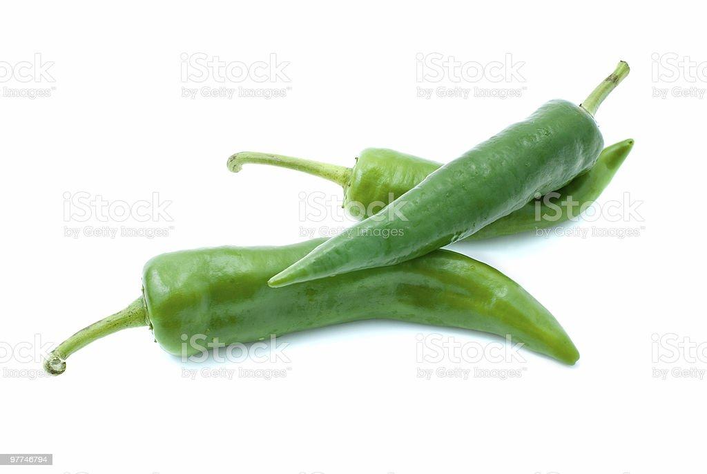 Alguns verde chili peppers foto de stock royalty-free