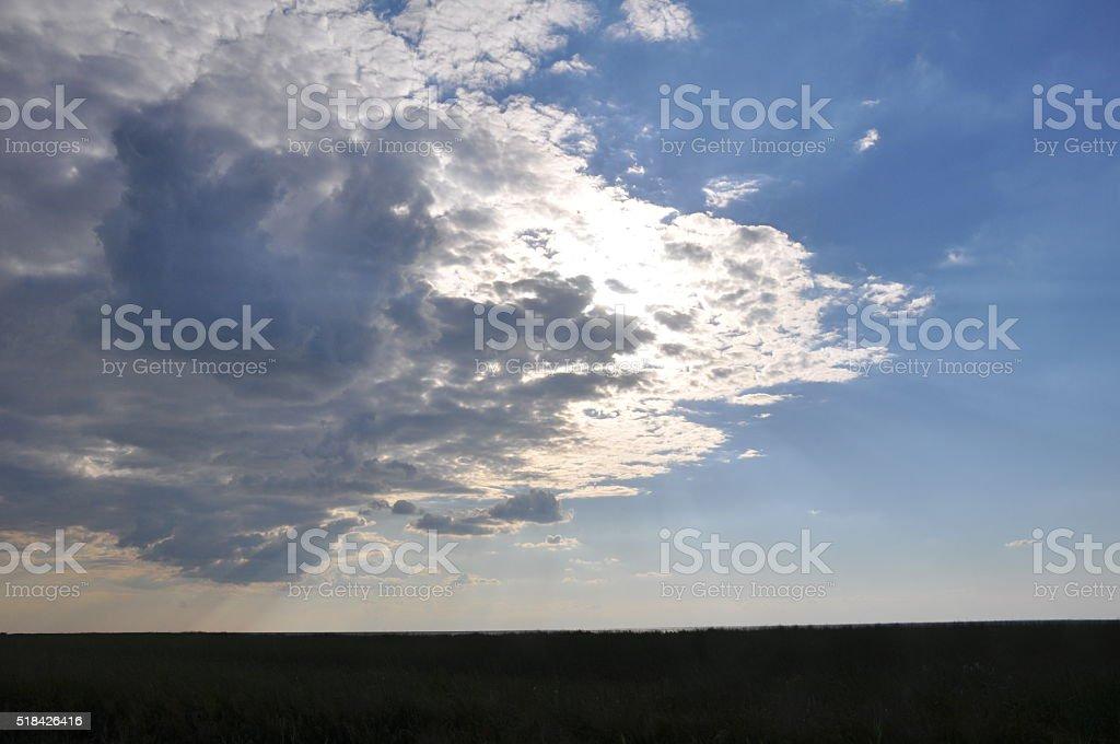 Campo y cielo nublado foto de stock libre de derechos