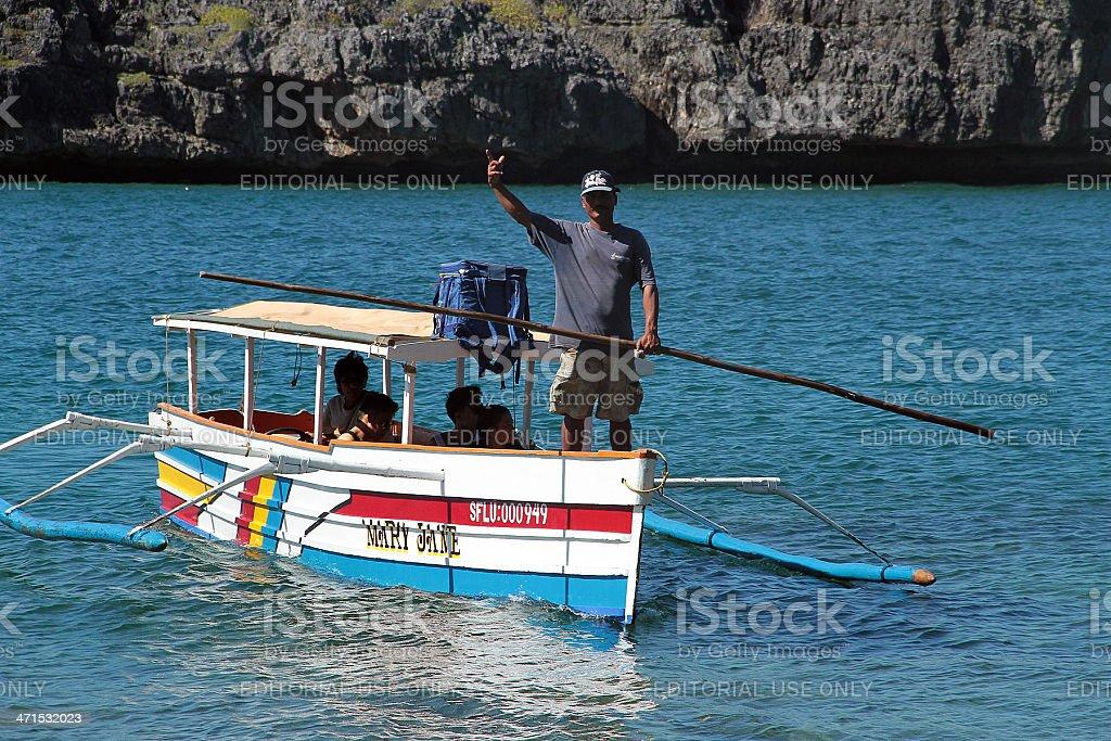 Filippino barca uomo di e tenendo un pezzo di bambù foto stock royalty-free