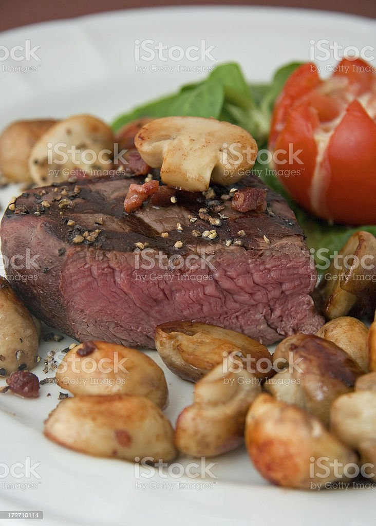 Filetsteak medium mit Champignons royalty-free stock photo