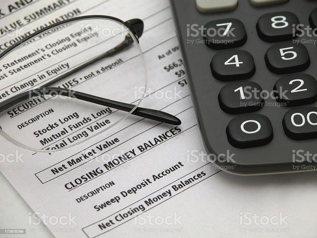 Rendiconto finanziario con gli occhiali e Calcolatrice foto stock royalty-free
