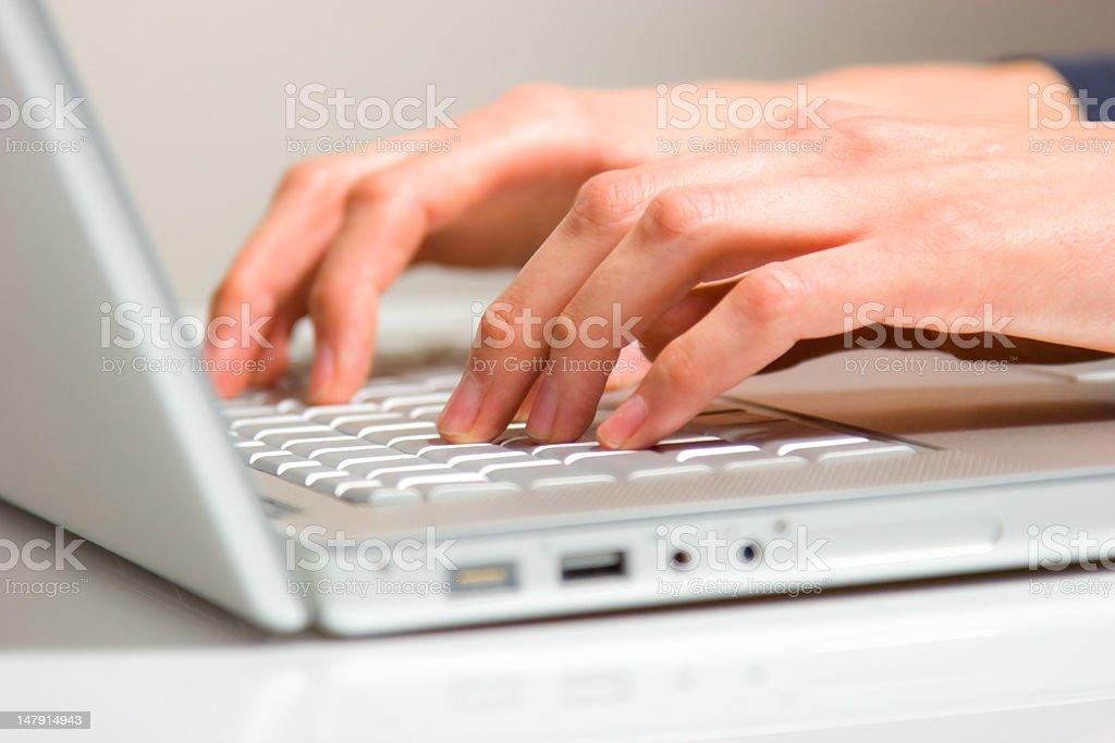finger und hände auf laptop royalty-free stock photo