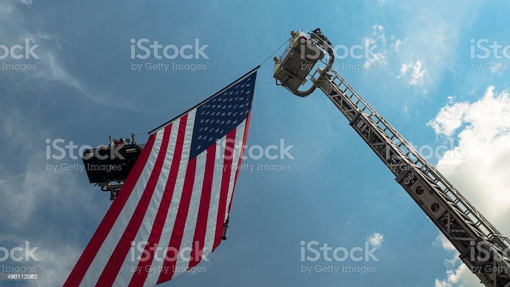 Camion dei pompieri e bandiera del funerale foto stock royalty-free