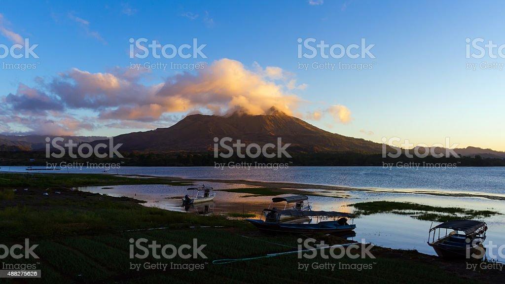 Premier matin du soleil sur le flanc de la montagne photo libre de droits