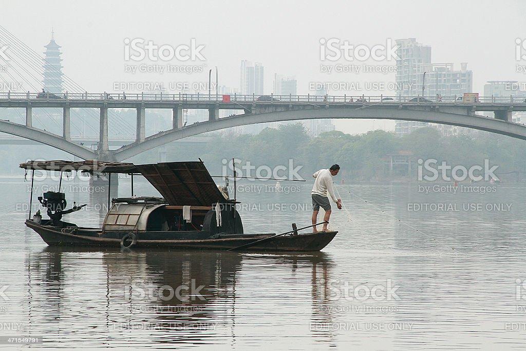 Pescatore pesca nel fiume Gan foto stock royalty-free