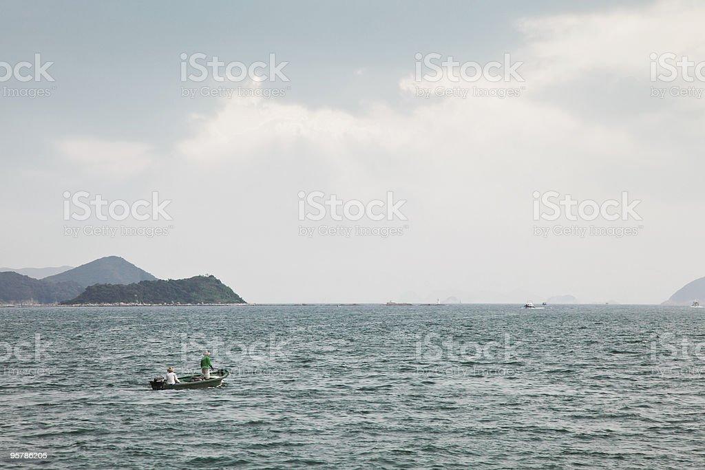 Los pescadores en pequeño bote foto de stock libre de derechos