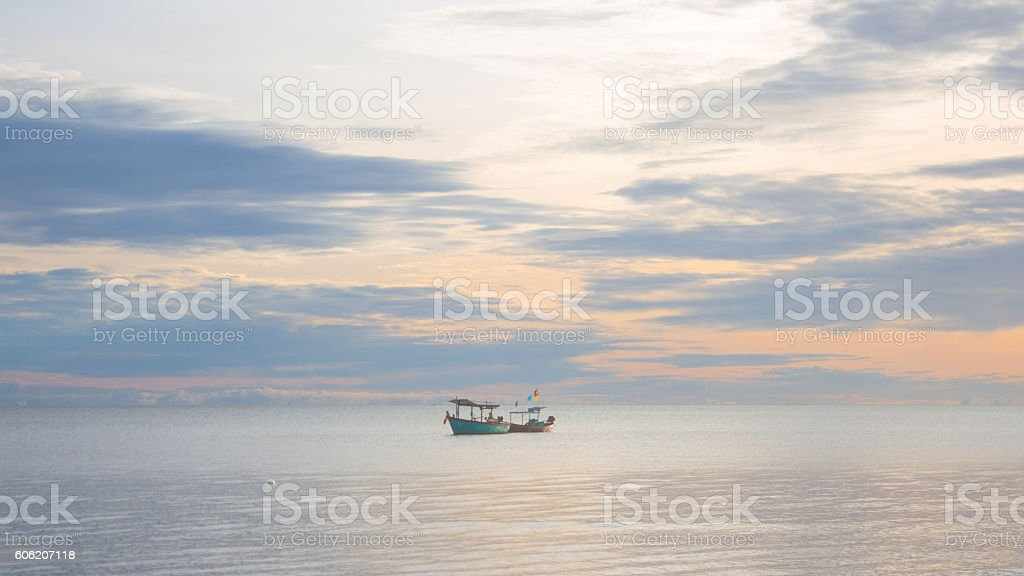 fishing boat floating  in a sea with sunrise Стоковые фото Стоковая фотография