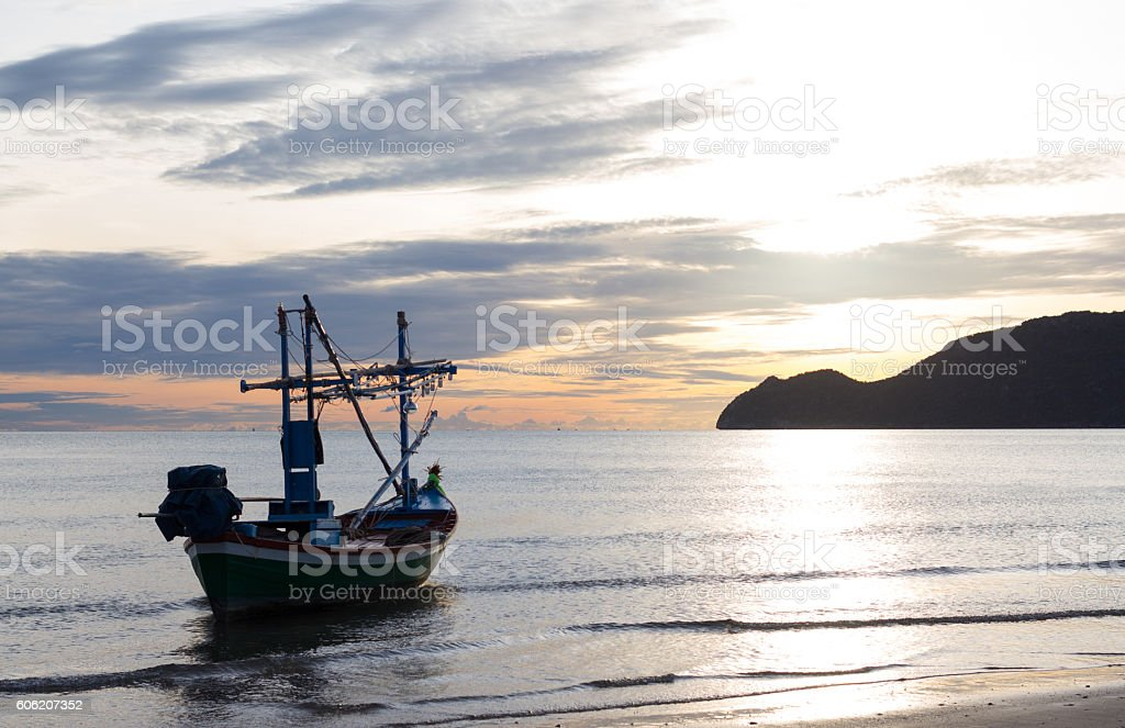fishing boat in a morning on the beach sunrise Стоковые фото Стоковая фотография