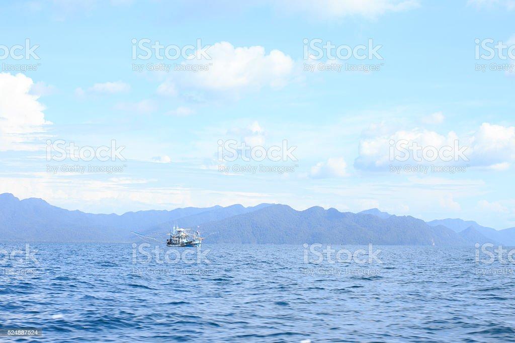 Рыбацкая лодка в закат отражают тропический Чистая вода с видом на море Стоковые фото Стоковая фотография