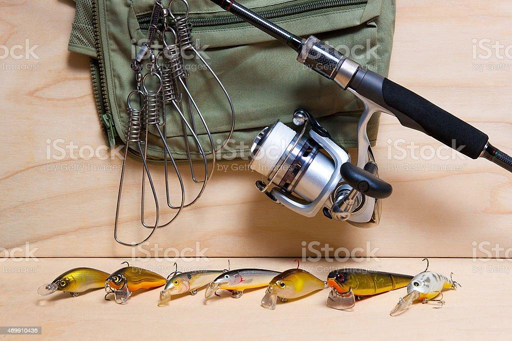 Varilla y Lámina de pesca sobre fondo de madera. foto de stock libre de derechos