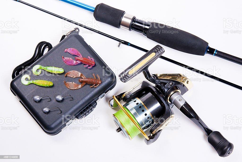 Caña de pescar y carrete con caja para baits en blanco. foto de stock libre de derechos