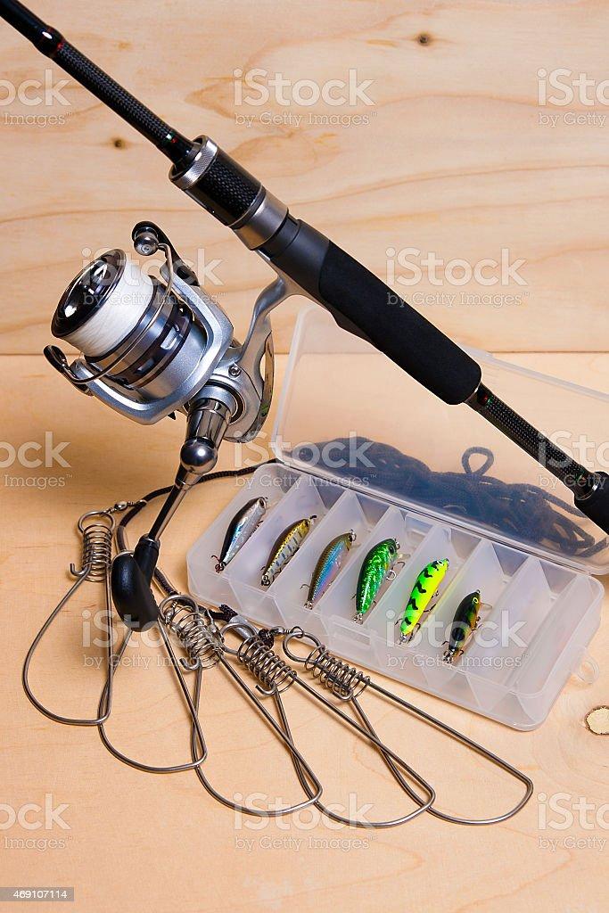 Caña de pescar y carrete con caja para baits. foto de stock libre de derechos