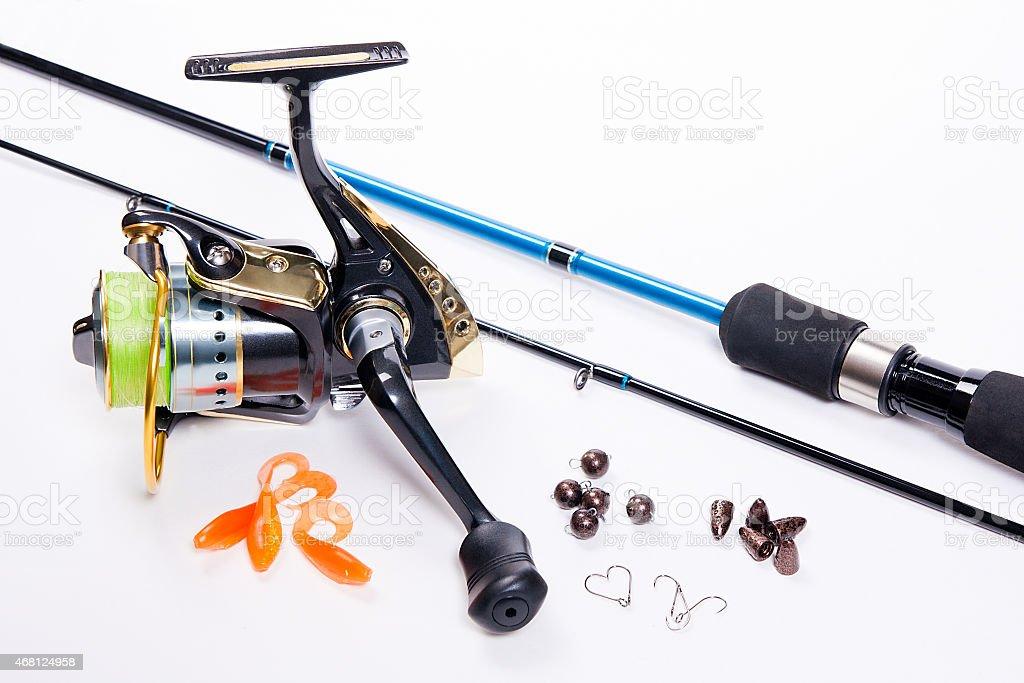Caña de pescar y carrete con silicona baits en blanco. foto de stock libre de derechos