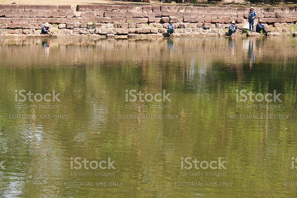 Cinque lavoratori attraverso un fiume in Tailandia foto stock royalty-free