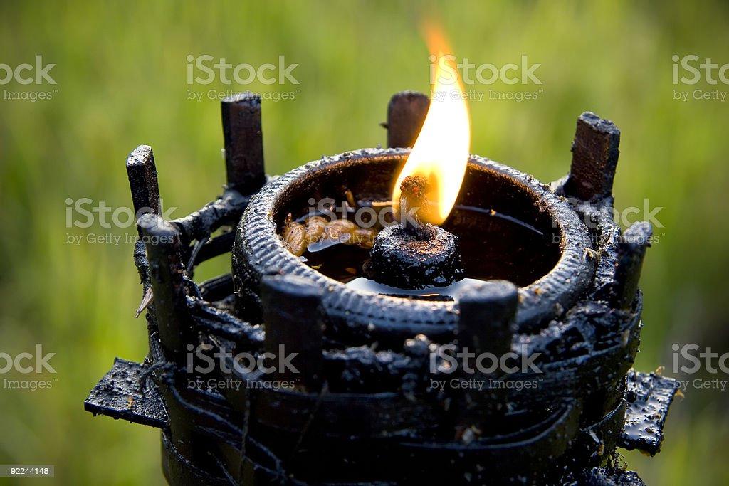 Flaming feu à l'intérieur de la Torche tiki photo libre de droits
