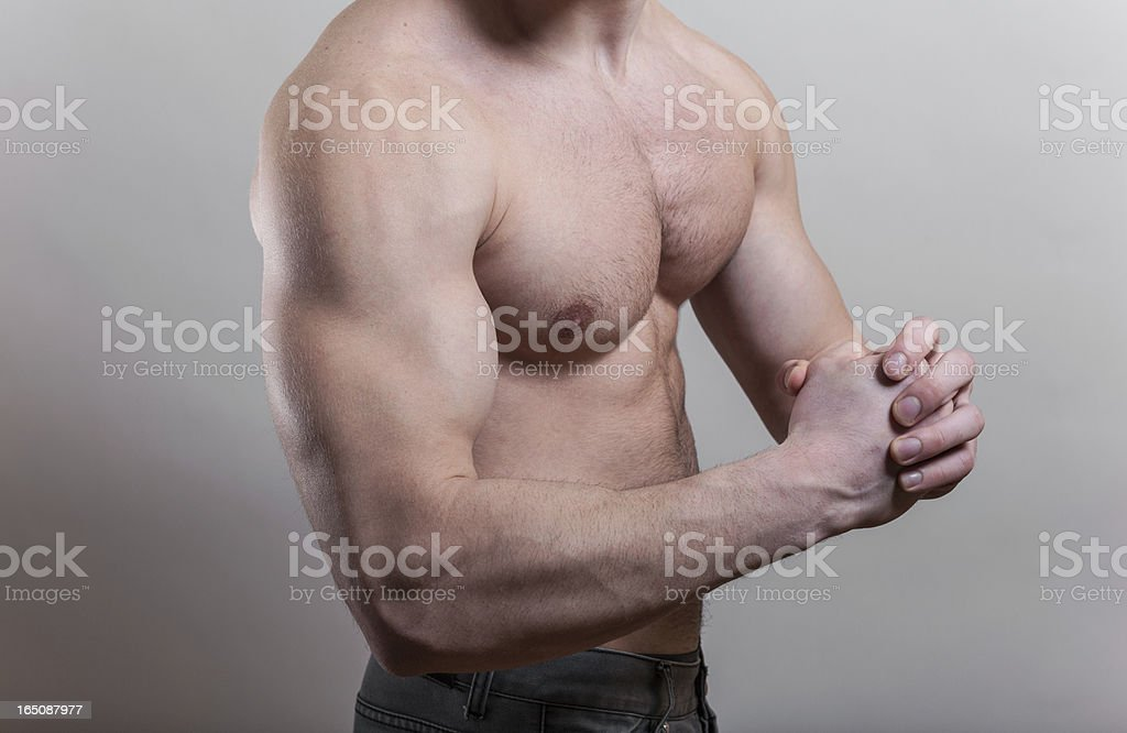 Flexión biceps sobre fondo gris foto de stock libre de derechos