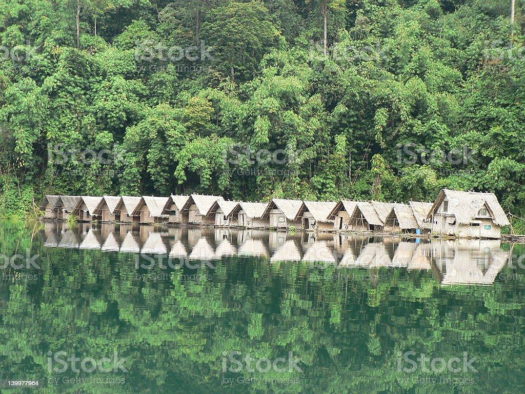 Pływający chatki z bambusa na jezioro zbiór zdjęć royalty-free