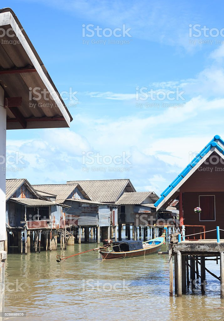 плавающий дома пребывания Встаньте на море в рыбацкий поселок Стоковые фото Стоковая фотография