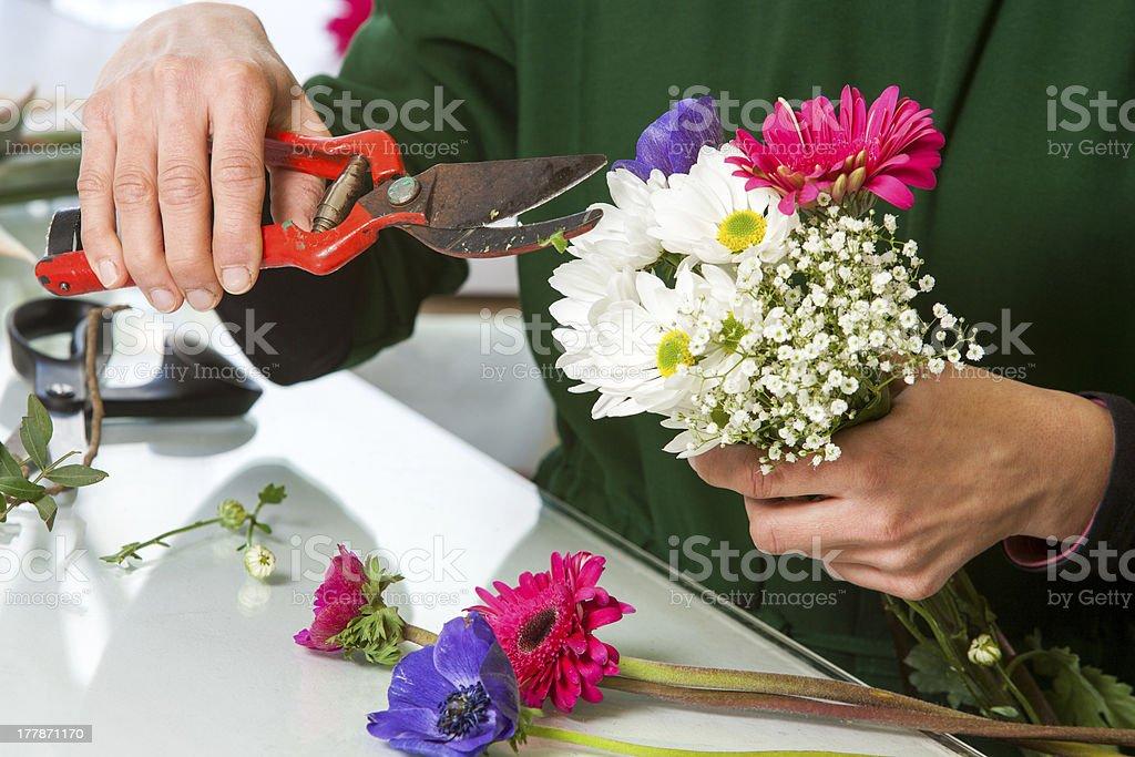 Fleuriste Tailler un bouquet de fleurs. photo libre de droits