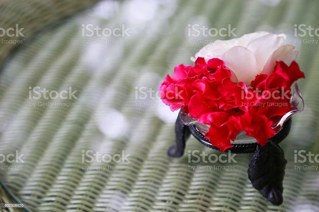 Flor en la tabla  foto de stock libre de derechos