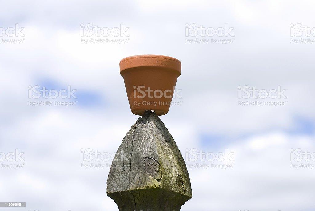 Vaso de flor sobre muro Post foto royalty-free