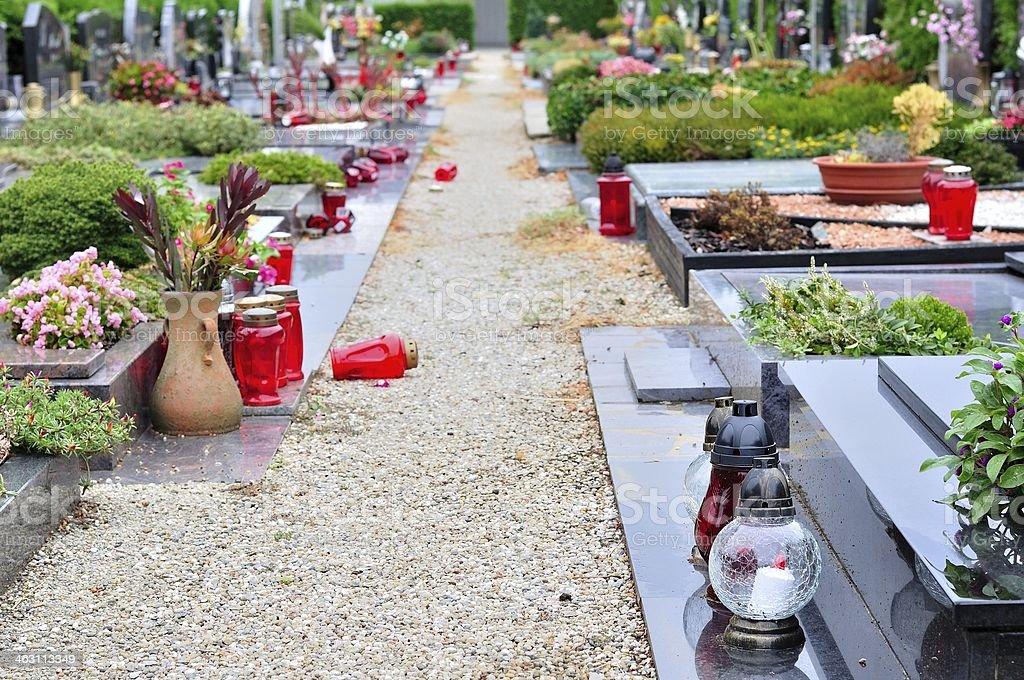 Kwiaty i Świeca na grób w przykościelnym zbiór zdjęć royalty-free