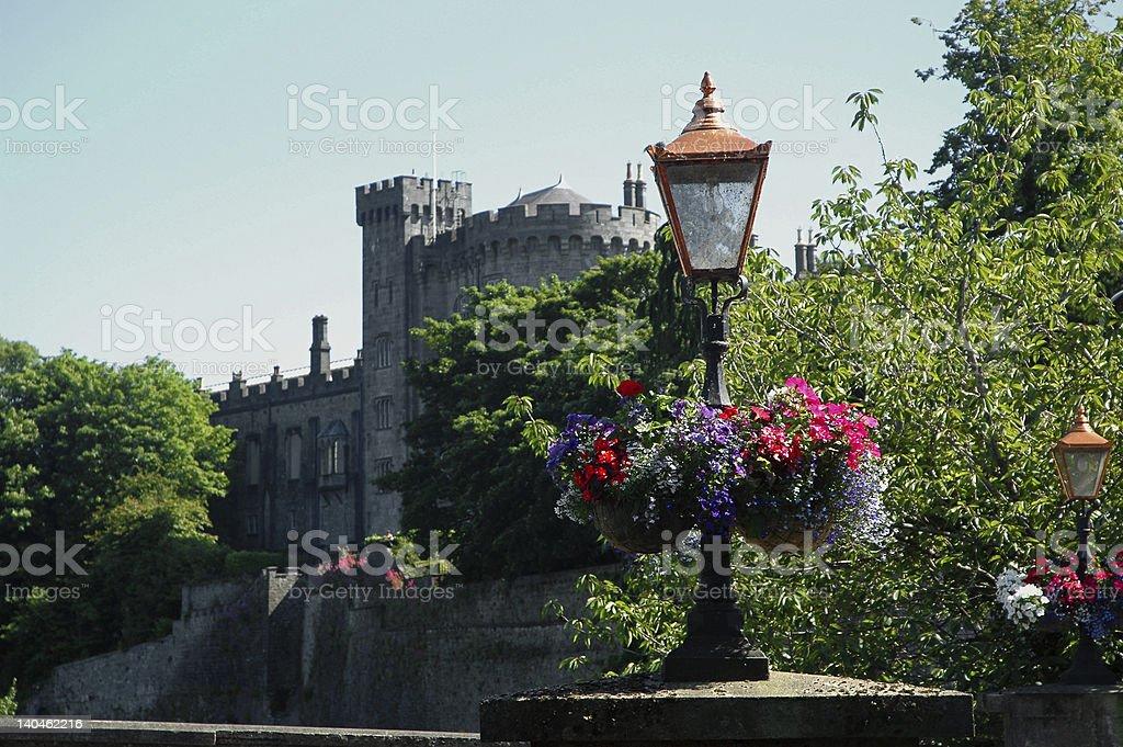 花やランタンの前に古いアイルランドの城 ロイヤリティフリーストックフォト