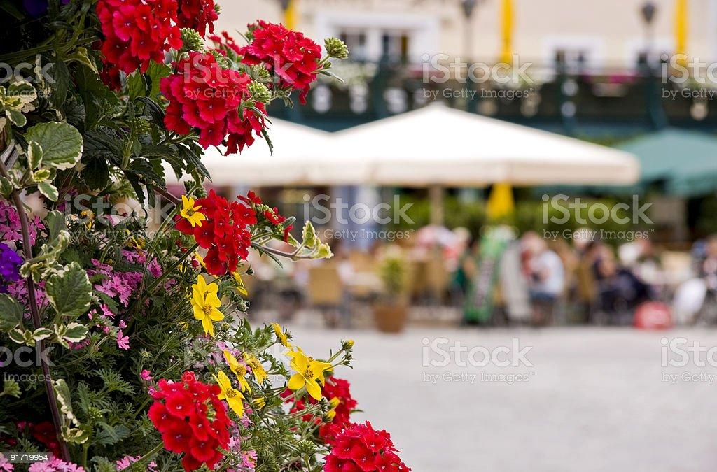 Цветы в cafe scene внутренний двор Стоковые фото Стоковая фотография
