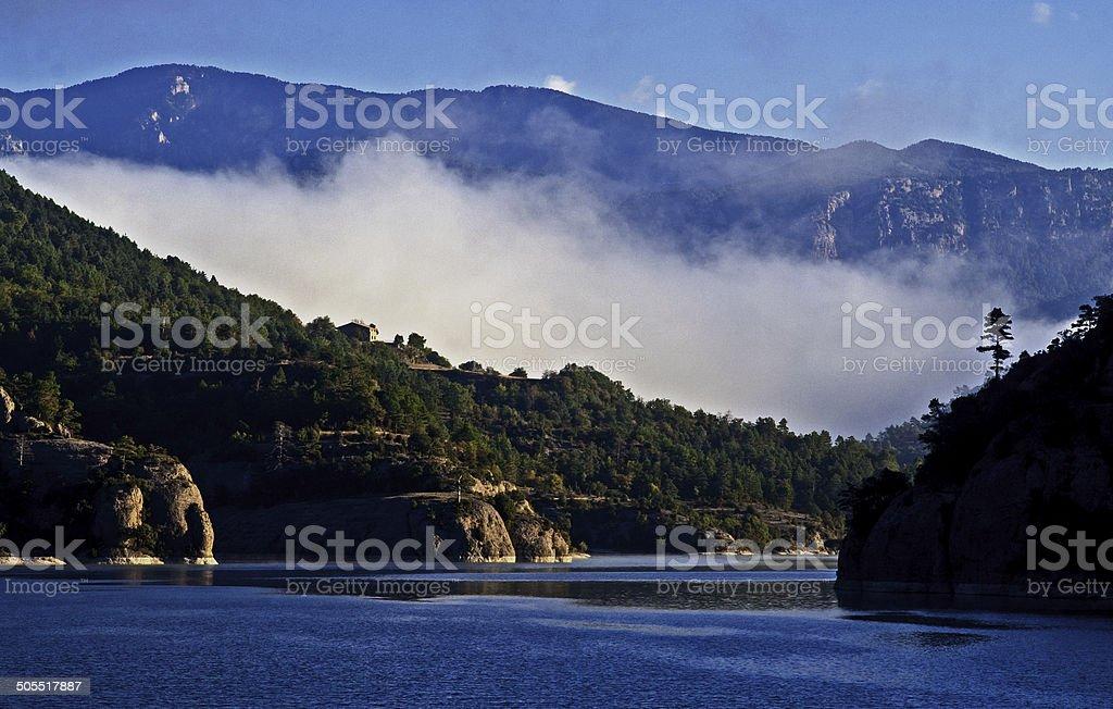 Niebla sobre el lago stock photo