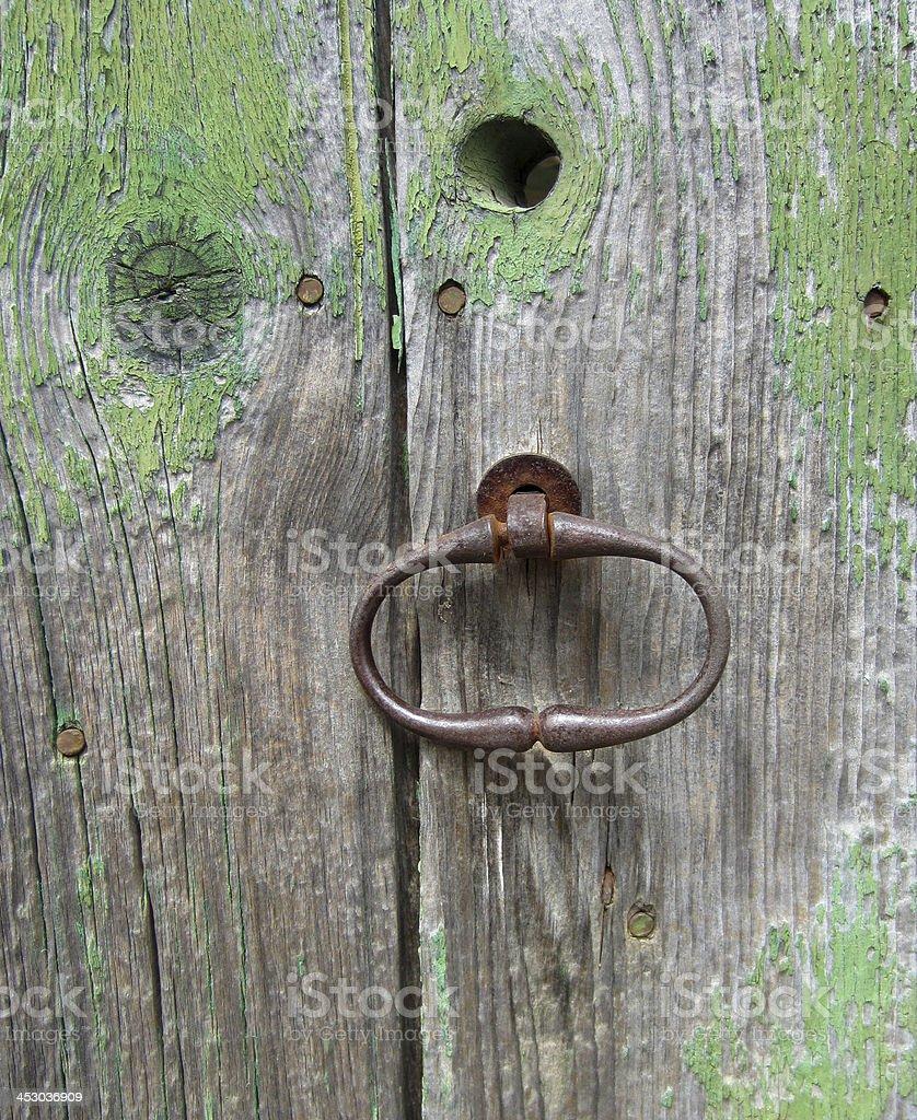 Fond - ancienne porte peinte en vert avec poign?e stock photo