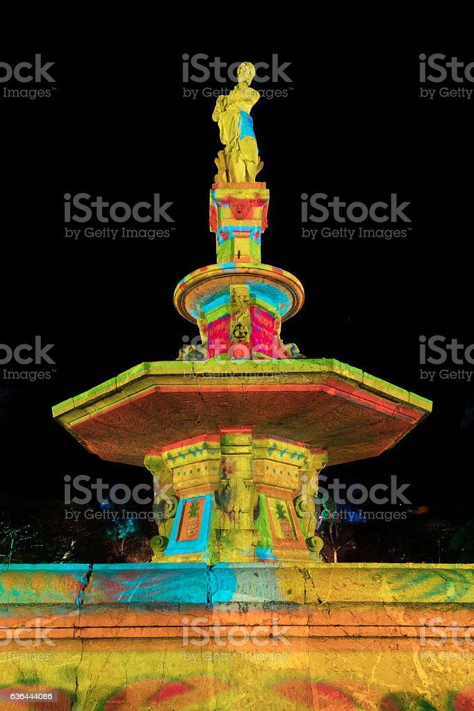 Fontaine et statue en lumière stock photo